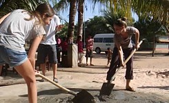 2_young_girls_with_shovels
