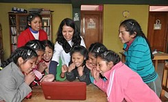 Cusco_040113_Vicki_Araujo_showing_local_girls_a_laptop_good_photo